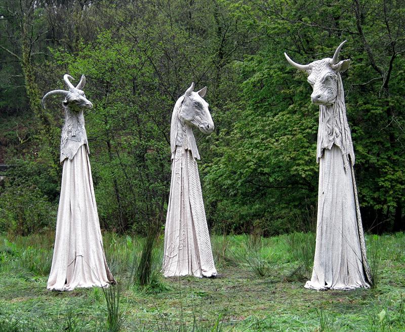イギリス人彫刻家、ドルカスキャセイによるジェスモナイト使用彫刻