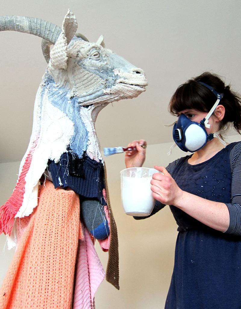 布とジェスモナイトを使用した山羊の頭、制作風景